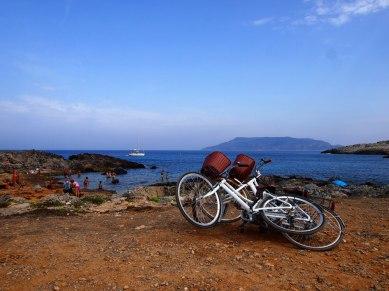 In giro in bicicletta a Favignana