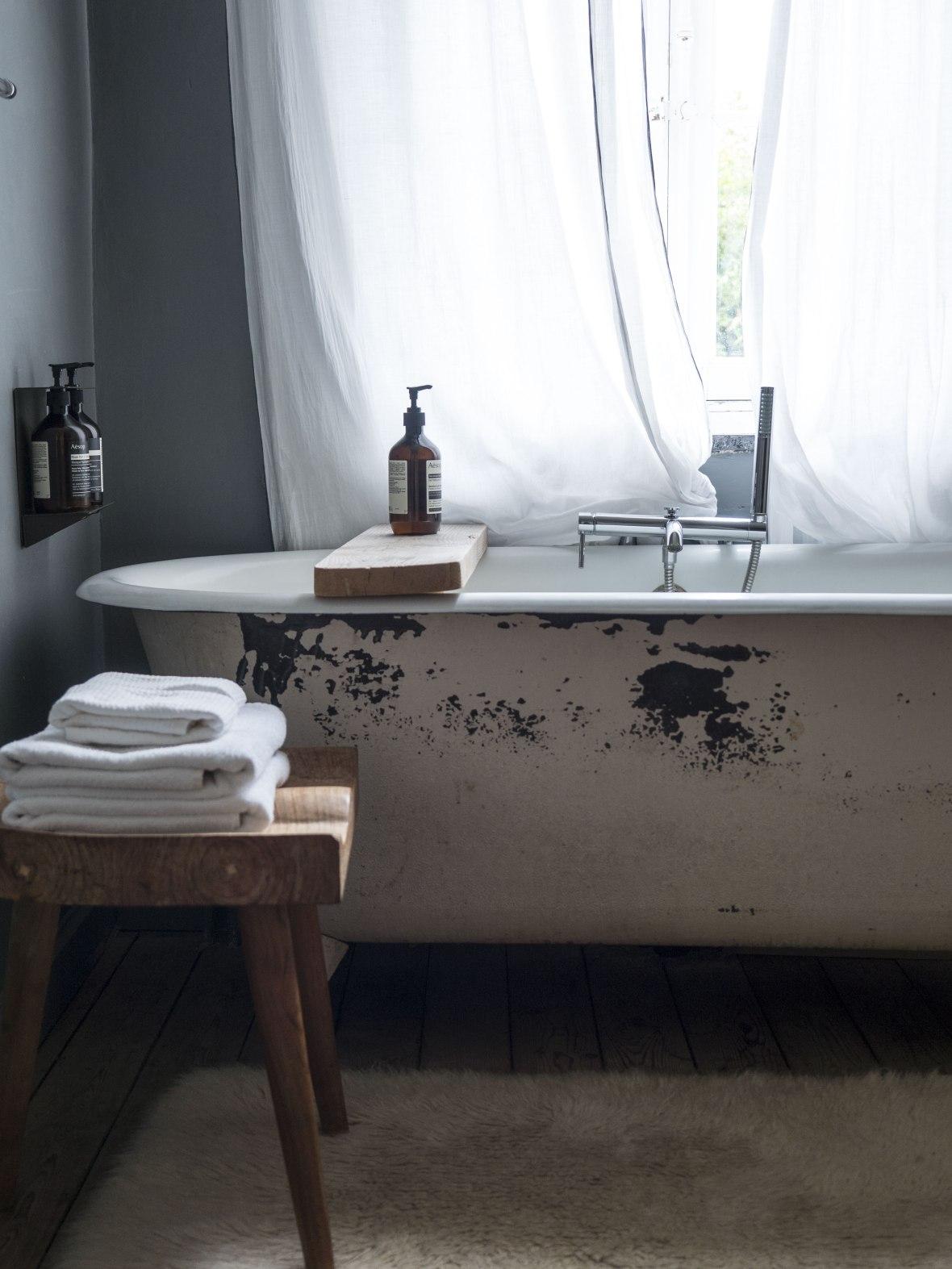 camellas-lloret-montreal-room-4-bathtub.jpg